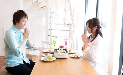 食卓を囲む写真